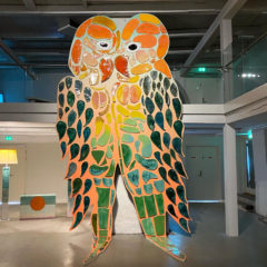 "Lovebirds, exhibition view ""Honeymoon"", Kunsthal Viborg, Dänmark, ceramics and wood, 580 x 400 x 20 cm, 2020"